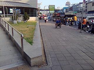 バンコク中央駅前のソムタム屋台